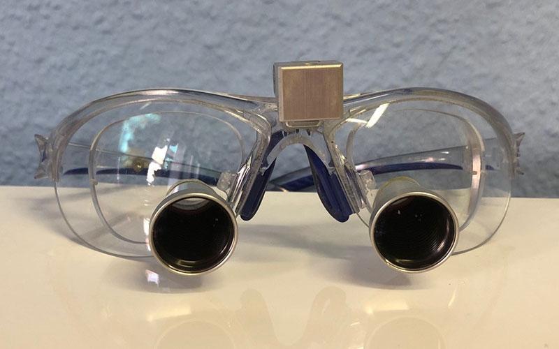 Wurzelkanalbehandlung mit Lupenbrille gehört zu unserem Standard in unserer Praxis in Moabit